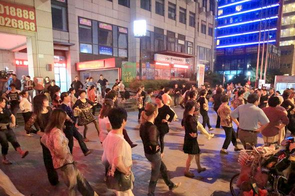 【中国】広場ダンスのおばさん軍団、ついに地下鉄の出入り口も占拠1