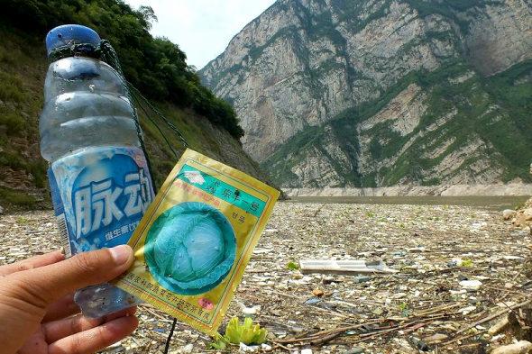 【中国】三峡ダムに浮かぶ大量のゴミ!5