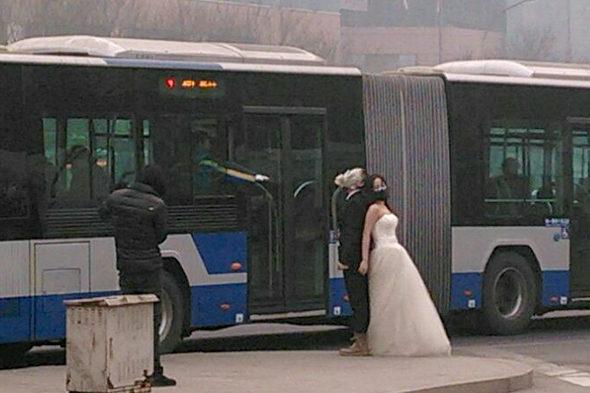 【中国】結婚写真も防毒マスク3