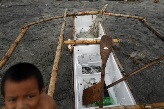 壊れた冷蔵庫が船代わり 台風後のフィリピン漁村3