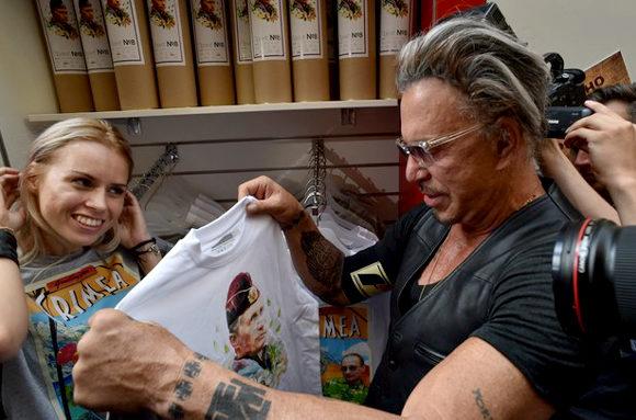 米俳優ミッキー・ロークもプーチンTシャツ購入!1