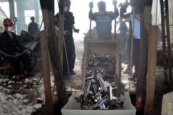 【中国】長沙警察、押収した銃4236丁、刀1436本を廃棄処分4