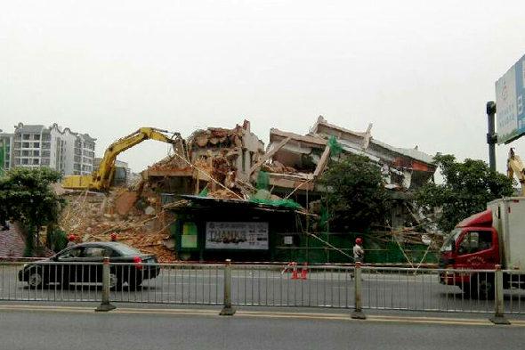 【中国】ビル解体のデタラメさで手前のバス停が大ピンチ!5