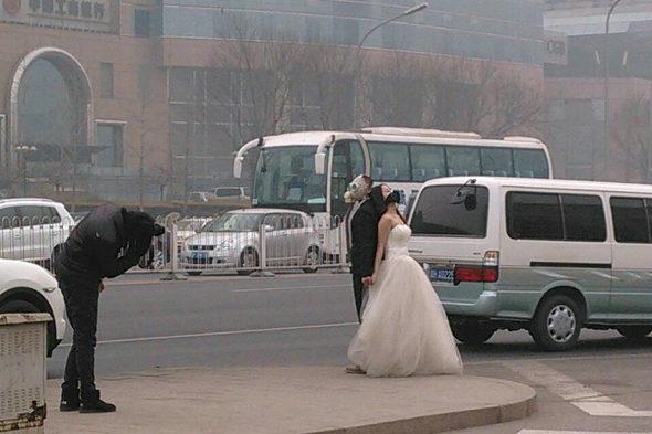 【中国】結婚写真も防毒マスク1