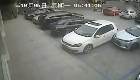 中国、駐車場からどうしても出られない男
