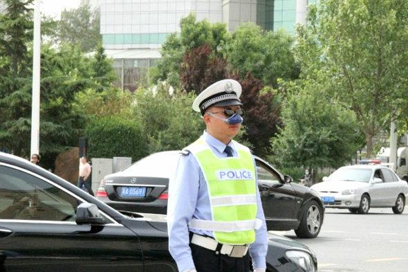 【中国】交通警察官がハイテク防塵装備を着用3