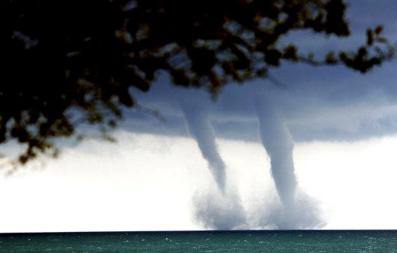 米国、ミシガン湖で「双子の水上竜巻」