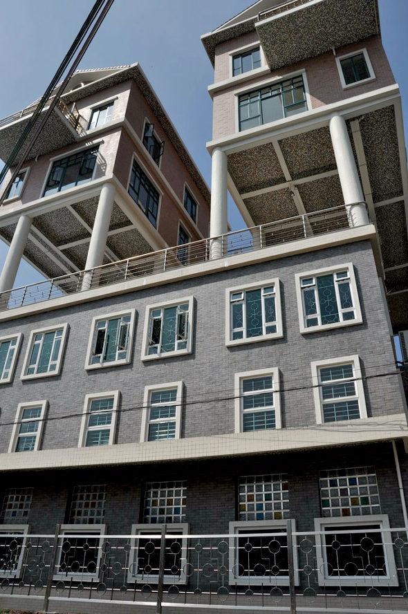 【中国】 屋上違法建築!3階建ての上に2階建ての「空中別荘」が2棟4