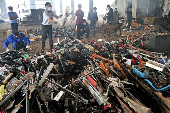 【中国】長沙警察、押収した銃4236丁、刀1436本を廃棄処分1