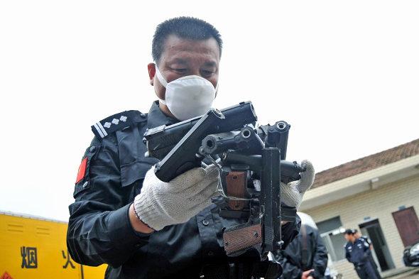 【中国】長沙警察、押収した銃4236丁、刀1436本を廃棄処分3