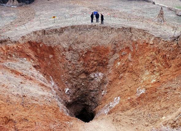【中国】 四川省で直径20mの巨大な穴 3