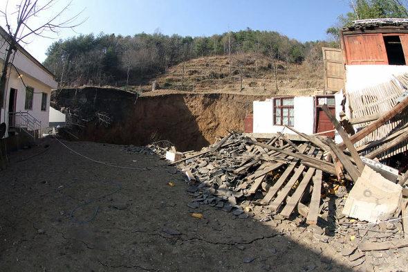 【中国】四川省、村で突然、大陥没5