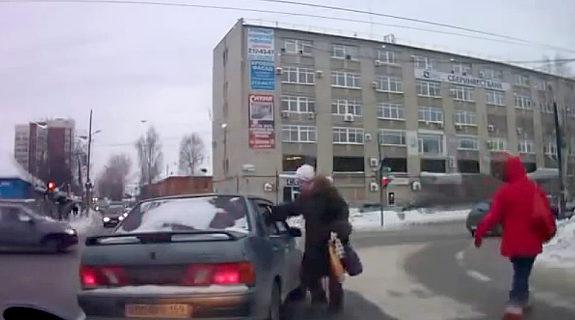 おそロシア、交通ルールを守らないドライバーにおばさんが鉄拳制裁