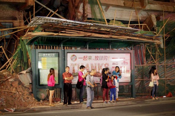【中国】ビル解体のデタラメさで手前のバス停が大ピンチ!2