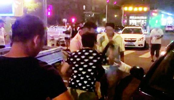 中国、路上で外国人男とケンカの中国女2