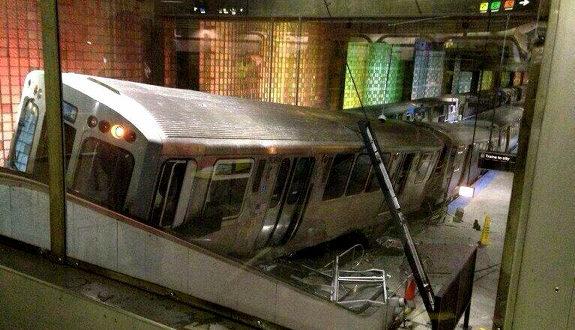 米シカゴの空港駅の列車脱線事故2