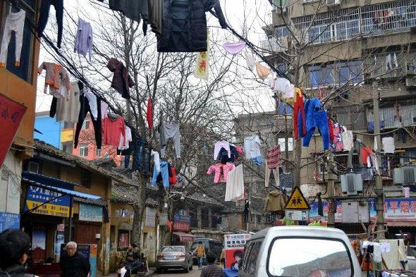 【中国】南昌、電線に干された大量の洗濯物1