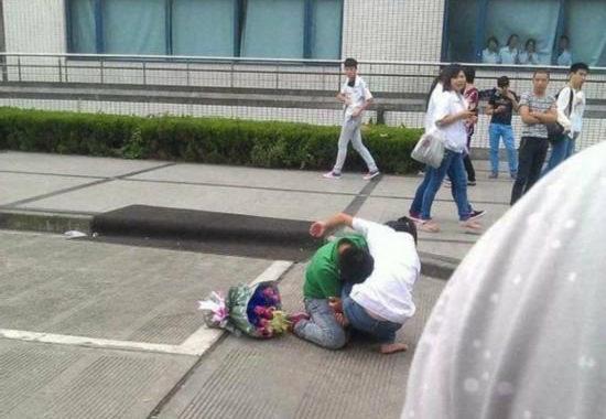 【中国】プロポーズ拒絶され、女性の太腿にしがみついて離れない男7