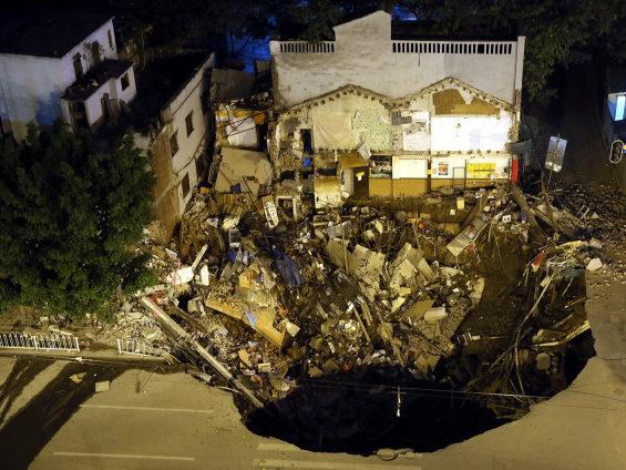 中国、地下鉄の工事現場付近で突然陥没 3