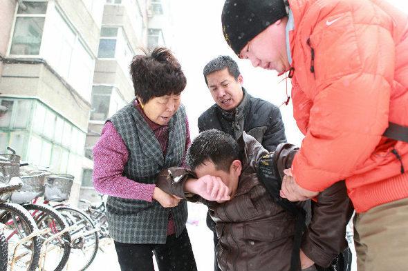【中国】彼女とケンカした男、大雪の中で2時間以上ひざまずく!