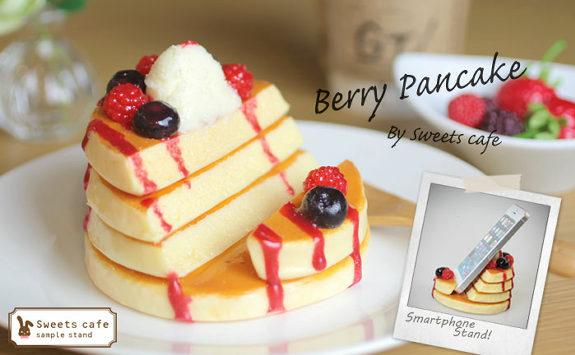 「ベリーパンケーキ」の食品サンプルスマホスタンド1