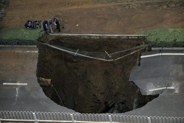 【中国】 西安の道路に「巨大な穴」1