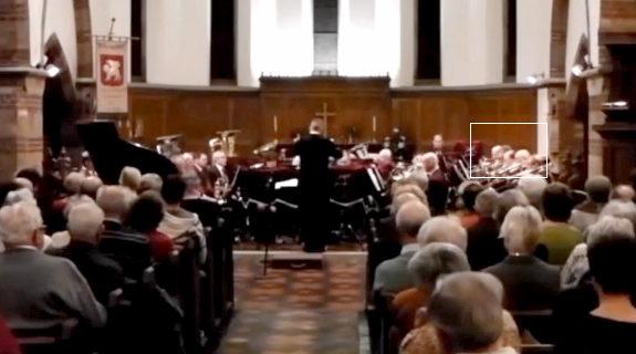 トロンボーン奏者、演奏中にクシャミ