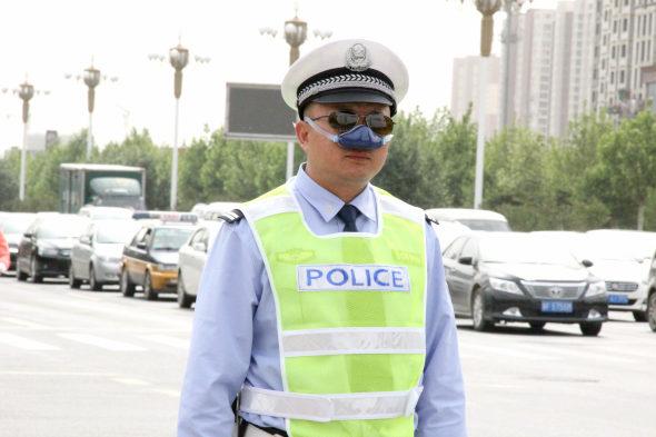【中国】交通警察官がハイテク防塵装備を着用1