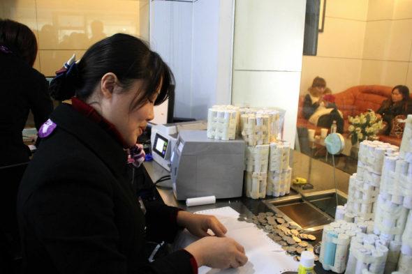 【中国】女性客「10万元(約198万円)を1元硬貨で預金!4