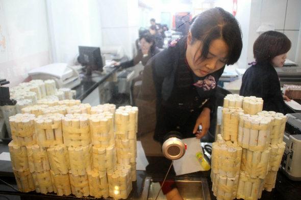 【中国】女性客「10万元(約198万円)を1元硬貨で預金!6