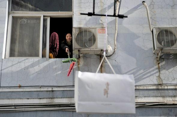 【中国】成金男がドローンで空からプレゼント渡しプロポーズ!5