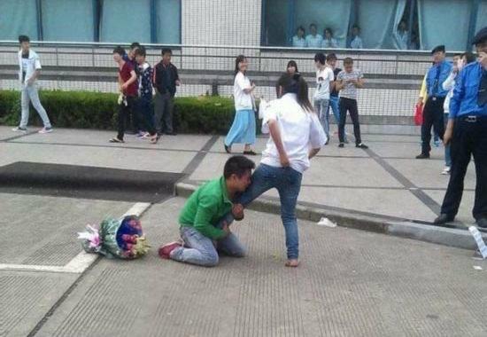 【中国】プロポーズ拒絶され、女性の太腿にしがみついて離れない男4
