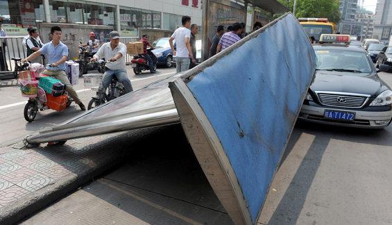 【中国】 バス停が突然倒壊!2