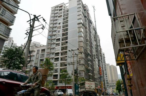 【中国】 19階建てビル並みの超巨大電柱 2