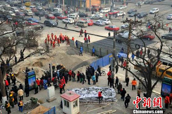 中国、交差点のド真ん中に突然大きな穴 修復2