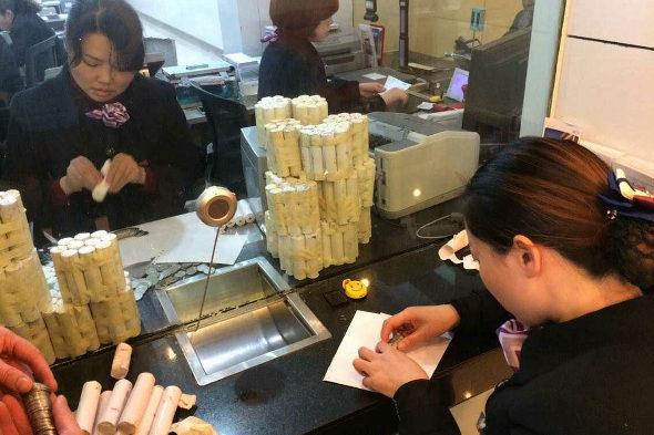 【中国】女性客「10万元(約198万円)を1元硬貨で預金!3
