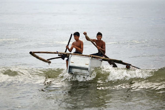 壊れた冷蔵庫が船代わり 台風後のフィリピン漁村1