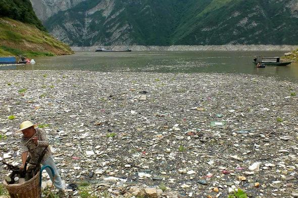 【中国】三峡ダムに浮かぶ大量のゴミ!2