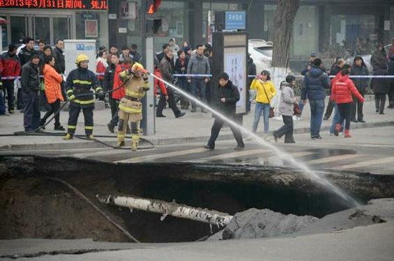 中国、交差点のド真ん中に突然大きな穴 3