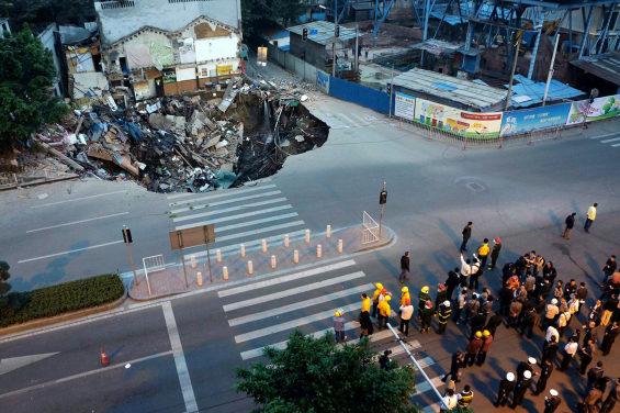 中国、地下鉄の工事現場付近で突然陥没 1