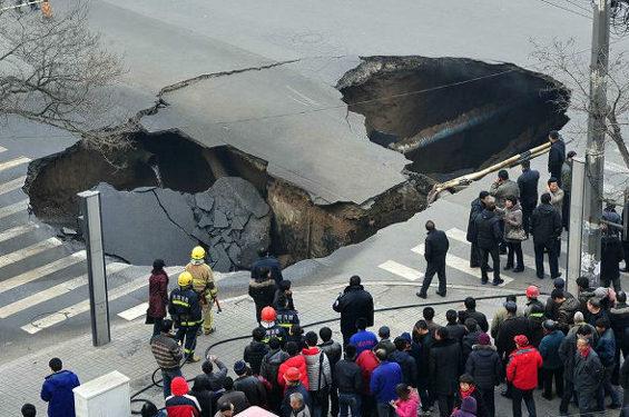中国、交差点のド真ん中に突然大きな穴 2