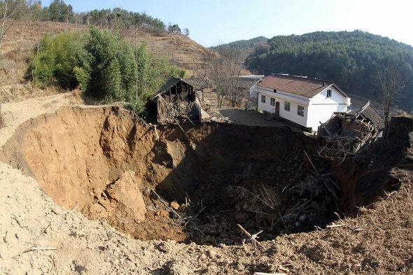 【中国】四川省、村で突然、大陥没1