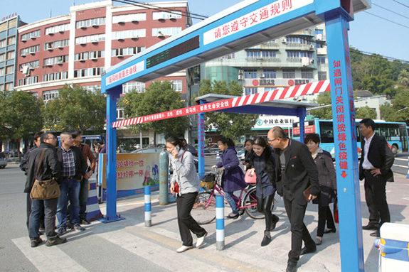 【中国】横断歩道の歩行者用遮断機が設置される!1