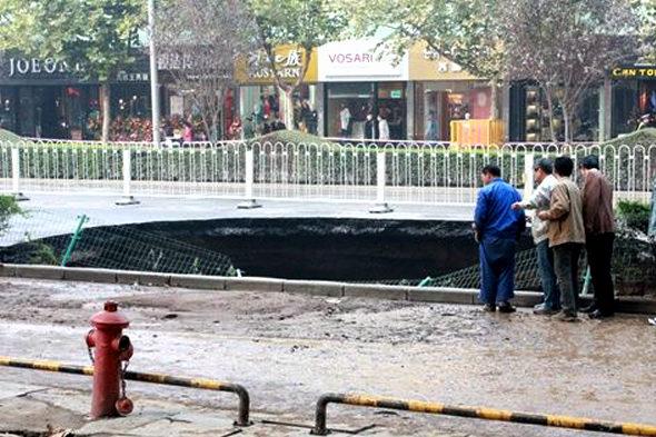 【中国】 西安の道路に「巨大な穴」5