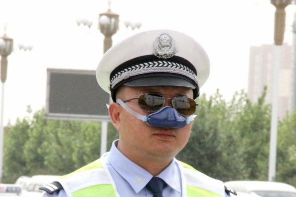 【中国】交通警察官がハイテク防塵装備を着用2