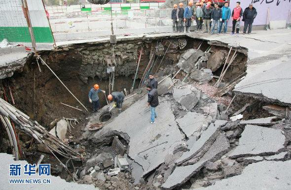 中国、道路が陥没、路線バス転落 4