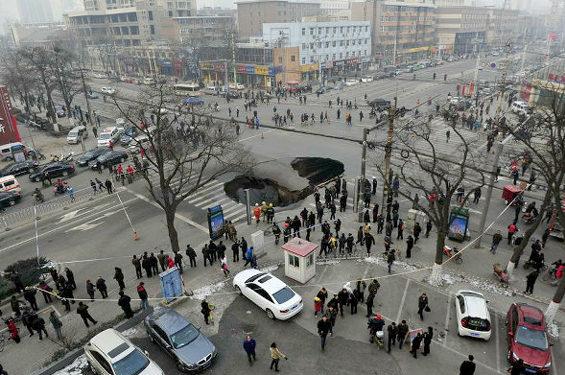 中国、交差点のド真ん中に突然大きな穴 1