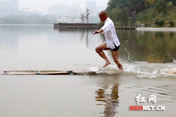 中国、少林寺の武僧、120mの「水上歩行」に成功!1