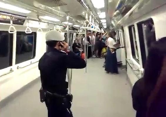 【シンガポール】地下鉄に日本刀を帯刀した「侍」が乱入1