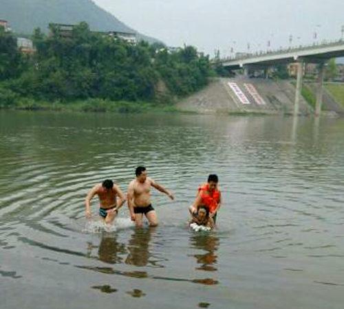 【中国】川に飛び込んだ女性を救出した男2人、脱いだ服を盗まれる1